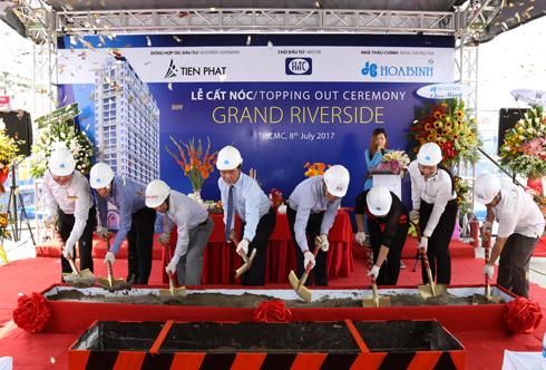 Hòa Bình cất nóc công trình Grand Riverside đúng tiến độ