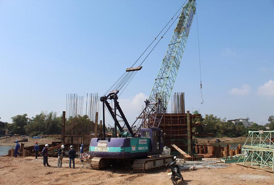 Trao tặng quà Tết của đồng chí Bí thư Tỉnh ủy Quảng Ninh tới công nhân thi công cầu Ka Long 2 Móng Cái thuộc dự án cao tốc Vân Đồn- Móng Cái