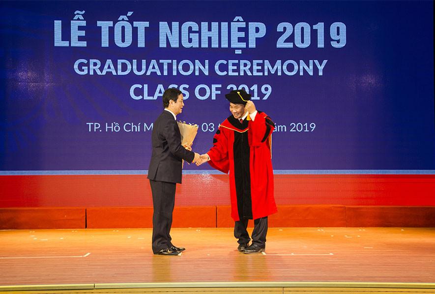 CEO Lê Viết Hải tham dự và chúc mừng các tân cử nhân - 1
