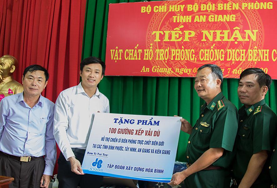 Tập đoàn Xây dựng Hòa Bình trao tặng 100 giường xếp cho bộ đội biên phòng 4 tỉnh