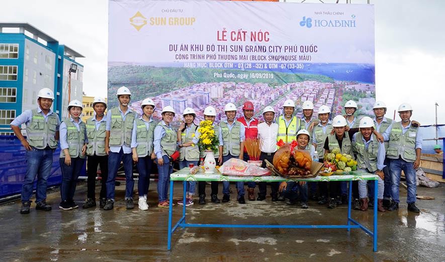 Tập đoàn Xây dựng Hòa Bình cất nóc vượt tiến độ công trình Phố thương mại tại Phú Quốc