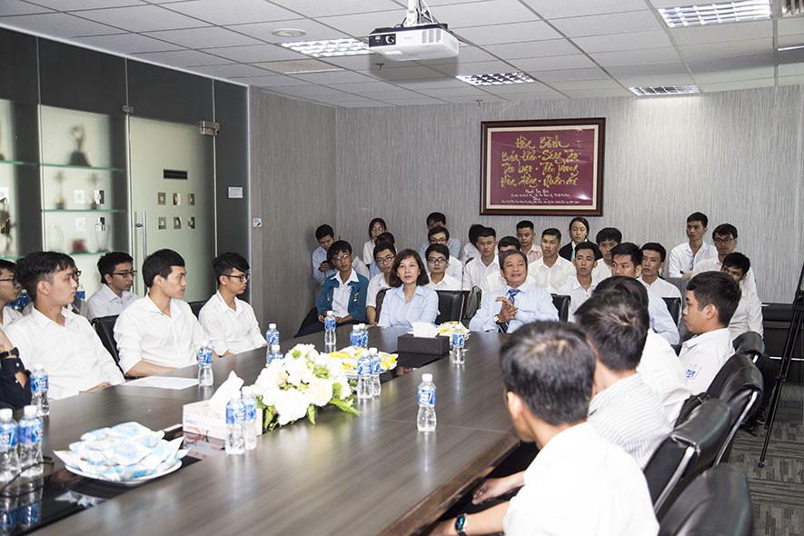 Tập đoàn Xây dựng Hòa Bình trao chứng nhận cho sinh viên thực tập