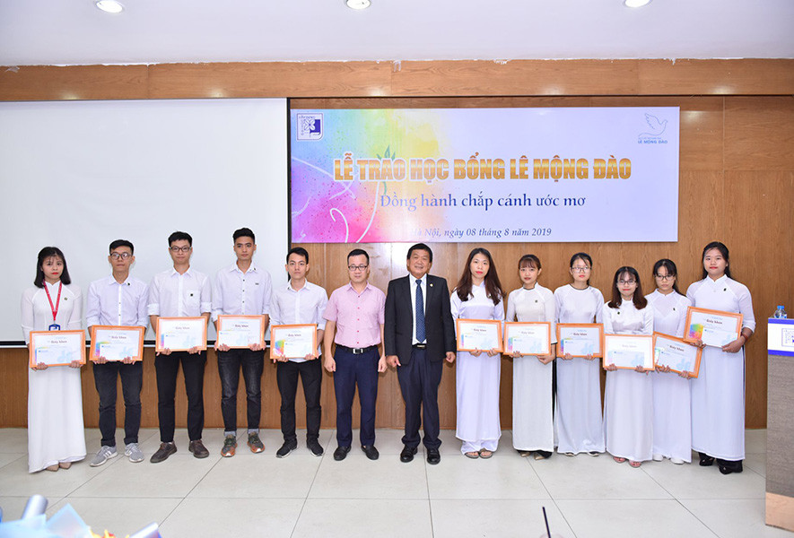 Trao 36 suất học bổng Lê Mộng Đào cho sinh viên Đại học Xây dựng - 2