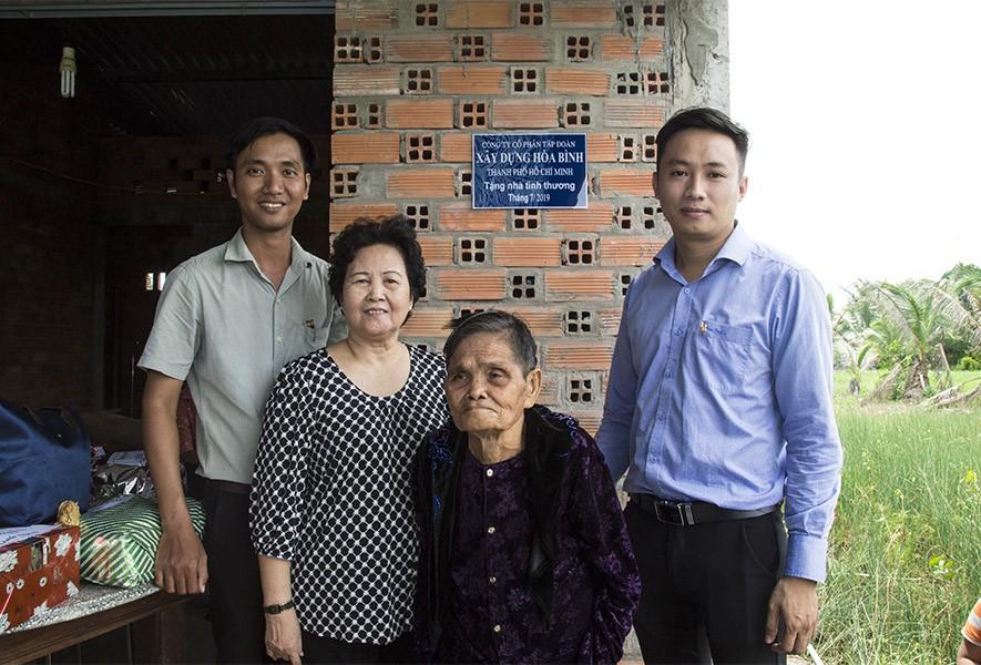 Tập đoàn Xây dựng Hòa Bình trao tặng hai căn nhà tình thương