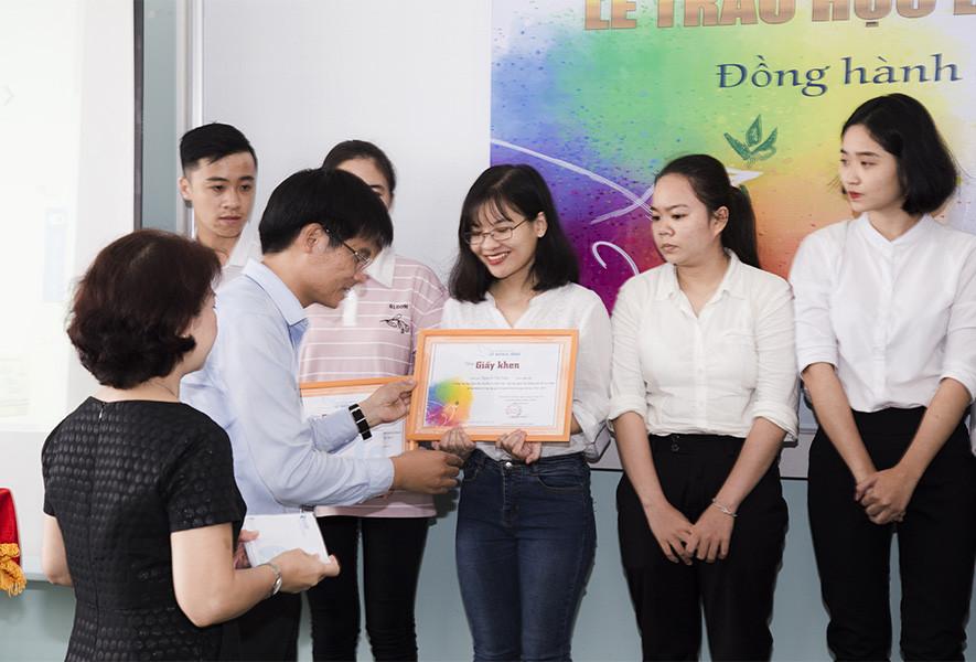 Trao 150 triệu đồng học bổng cho sinh viên Đại học Khoa học Xã hội và Nhân văn TP. HCM