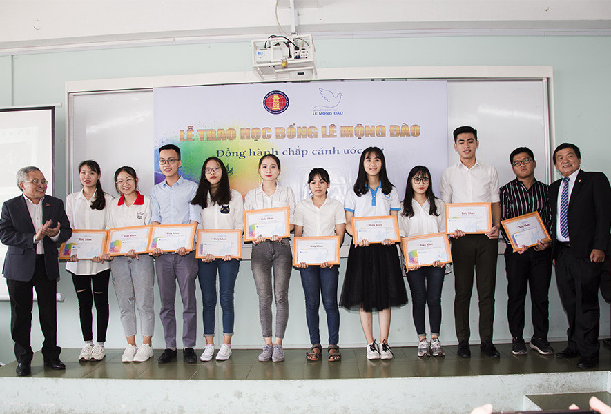 Trao 150 triệu đồng học bổng cho sinh viên Đại học Khoa học Xã hội và Nhân văn TP. HCM - 1