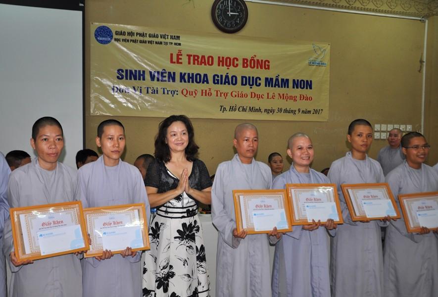 Trao 47 suất học bổng cho Học viện Phật giáo Việt Nam