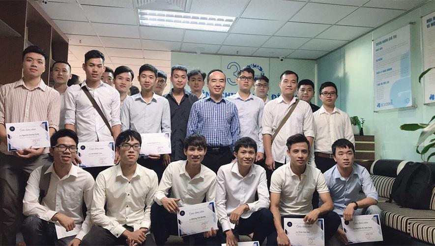 Hòa Bình trao chứng nhận cho sinh viên thực tập
